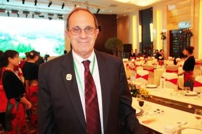 """""""扬州盆景好!扬州盆景最好!""""国际盆景协会主席托马斯·伊莱亚斯用中文说出赞美之词。"""