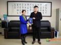 郑州大学2012级在校生王硕向母校捐赠盆景树