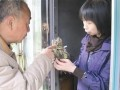 武汉:61岁老人用小小盆景增进邻里情