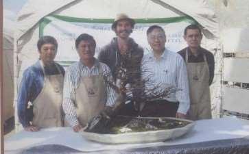 图解 刘传刚在美国作盆景创作示范表演